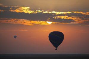 hőlégballonok napfelkeltében